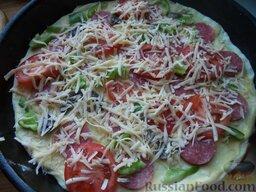 Пицца с колбасой, помидорами, грибами и перцем: Выложить начинку. Сверху посыпать сыром.