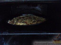 Пицца с колбасой, помидорами, грибами и перцем: Поставить пиццу в разогретую духовку на среднюю полку. Выпекать пиццу с колбасой и помидорами при температуре 180 градусах до румяности (около 20 минут).