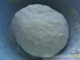Пицца с колбасой, помидорами, грибами и перцем: Руками замесить мягкое тесто. Тесто накрыть полотенцем. Оставить на 10 минут.