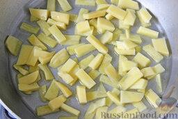 """Салат """"Гнездо глухаря"""" с индейкой и спаржей: Очищенный картофель нарезаем небольшими тонкими ломтиками, которые в два захода обжариваем в достаточном количестве разогретого масла. Присаливаем картофель фри."""