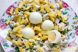 """Салат """"Гнездо глухаря"""" с индейкой и спаржей: На плоском блюде выкладываем по кругу салат-основу, оставляя незаполненной середину тарелки. Сверху насыпаем первую поджарившуюся часть картофеля. Каждое из очищенных яиц разрезаем поперек надвое и укладываем в середину гнезда."""