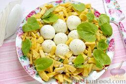 """Салат """"Гнездо глухаря"""" с индейкой и спаржей: Как раз подоспела вторая порция картофеля, распределяем ее по салату. В гнездах глухая орнитологи наблюдают обычно 6-12 крапчатых яиц, поэтому чуть присыпаем перцем яичные белки.   Создавая эффект натуральности, украшаем также салат"""