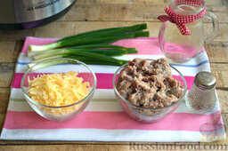 Мясная запеканка с картофельным пюре (в мультиварке): В мясной фарш добавляем соль по вкусу.   Твердый сыр натираем крупно на терке.