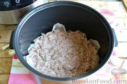 Мясная запеканка с картофельным пюре (в мультиварке): Все мясо равномерно выкладываем на сыр и лук.