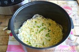 Мясная запеканка с картофельным пюре (в мультиварке): Сверху кладем часть сыра, оставшийся картофель и снова сыр. Посыпаем зеленым луком. Готовим мясной пирог в мультиварке в режиме «Выпечка» 1 час.