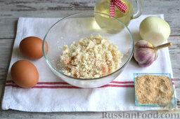 Куриные котлеты (в мультиварке): Кусочки хлеба крошим руками в тарелку к фаршу.