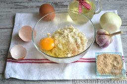 Куриные котлеты (в мультиварке): Смешиваем фарш с сырым яйцом, солью и перцем (специи кладем по вкусу). Тщательно вымешиваем.