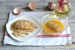 Куриные котлеты (в мультиварке): Обваливаем зразы из курицы сначала во взбитом яйце, потом в панировочных сухарях. Делаем легкую панировку.