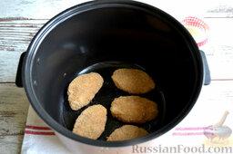 Куриные котлеты (в мультиварке): В кастрюлю мультиварки вливаем подсолнечное масло и выкладываем куриные котлеты. Обжариваем котлеты в режиме «Жарка», время приготовления куриных котлет в мультиварке - около 30 минут.