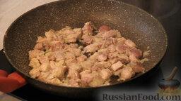 """Овощное рагу """"Сочное"""" со свининой: Мясо для овощного рагу обжариваем на сковороде с использованием растительного масла и кусочка сливочного масла."""