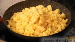 """Овощное рагу """"Сочное"""" со свининой: Далее в сковороду с растительным и сливочным маслом выкладываем порезанный кубиками картофель. Картофель немного солим, перчим и обжариваем до появления золотистой корочки."""