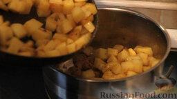 """Овощное рагу """"Сочное"""" со свининой: Поджаренный картофель выкладываем в кастрюлю к мясу."""