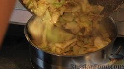 """Овощное рагу """"Сочное"""" со свининой: Выкладываем капусту в кастрюлю. Отдельно в чайнике советую закипятить около 1-1,5 л воды, чтоб залить наши овощи не холодной водой."""