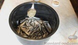 Килька в томатном соусе (в мультиварке): Посолить рыбу.