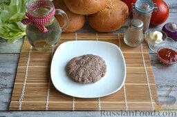 Бургер классический: В мясной фарш добавляем соль и перец по вкусу, хорошо вымешиваем. Формируем шарик, расплющиваем его в руках, чтобы получилась плоская котлета. Надавливаем большим пальцем в центр котлеты, чтобы она не вздулась во время обжаривания.