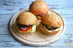 Бургер классический: Накрываем бургер второй частью булочки. По такому же принципу формируем остальные бургеры.