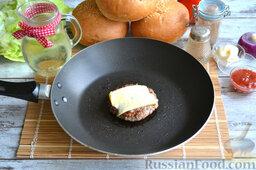 Бургер классический: Обжариваем котлету 4-5 минут с каждой стороны.   На готовую котлету кладем тонкий кусочек сыра.