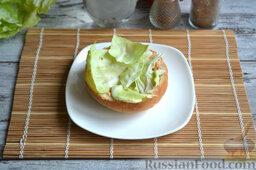 Бургер классический: Выкладываем на соус порванный руками листья салата (капусты).