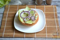 Бургер классический: На салат кладем нарезанный тонкими колечками лук.