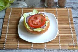 Бургер классический: На лук выкладываем кружочек помидора.