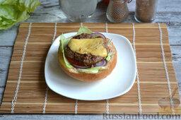 Бургер классический: На кружочек помидора выкладываем котлету.