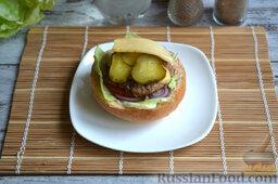 Бургер классический: На котлету выкладываем пару ломтиков соленого огурца и ломтик сыра.