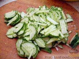Тушеная капуста с яблоками и огурцами: Огурцы вымыть и нарезать соломкой.