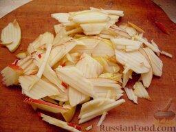 Тушеная капуста с яблоками и огурцами: Яблоки очистить от семян, нарезать соломкой.