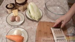 Салат из пекинской капусты с мидиями: Подготовить ингредиенты для салата из пекинской капусты.   Отварить яйца вкрутую, вымыть капусту, почистить морковь и лук.