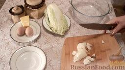 Салат из пекинской капусты с мидиями: Нарезать лук.