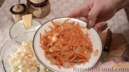 Салат из пекинской капусты с мидиями: Обжарить морковь с луком на растительном масле.   К моркови с луком добавить 1 ч.л. уксуса, 0,5 ч.л. соли, 1 ч.л. сахара и приправу.