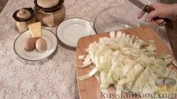Салат из пекинской капусты с мидиями: Порезать пекинскую капусту. Высыпать нарезанную капусту в миску.
