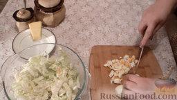 Салат из пекинской капусты с мидиями: Отварные яйца почистить и нарезать на небольшие кубики.