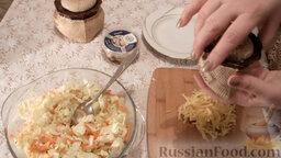 Салат из пекинской капусты с мидиями: Добавить к капусте обжаренную морковь с луком. Перемешать. Натереть на терке сыр. Посолить салат.