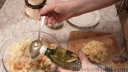 Салат из пекинской капусты с мидиями: Добавить столовую ложку оливкового масла.