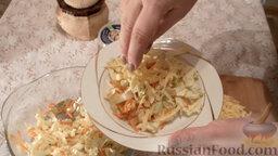 Салат из пекинской капусты с мидиями: Выложить салат на тарелки. Посыпать сыром.