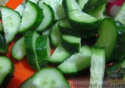 Весенний салат с яйцом: И огурчики порежьте такими же ломтиками.