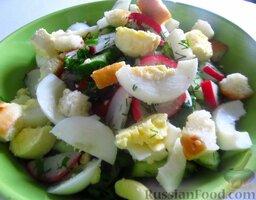 Весенний салат с яйцом: Выложите примерно 2/3 всего салата в салатницу, полейте майонезом, сверху выложите остальной салат. Прямо перед самой подачей перемешайте весенний салат с яйцом и посыпьте сухариками.