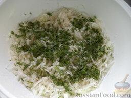 Салат из дайкона и яблок: Все измельченные ингредиенты сложить в миску. Посолить, поперчить.