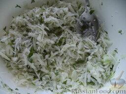 Салат из дайкона и яблок: Заправить салат с редькой и яблоками растительным маслом (или сметаной, майонезом). Перемешать.