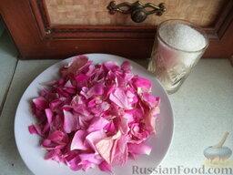 Лепестки роз, перетертые с сахаром: Готовим лепестки чайной розы и сахар.