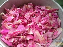 Лепестки роз, перетертые с сахаром: Срезать ножницами лепестки, сложить в дуршлаг. Хорошо промыть холодной водой, выложить на полотенце. Обсушить.