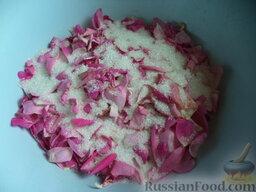 Лепестки роз, перетертые с сахаром: Лепестки выложить в миску. Пересыпать лепестки роз сахаром.