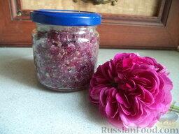 Лепестки роз, перетертые с сахаром: Банки закрыть чистыми сухими капроновыми крышками. Хранить в холодильнике.   Лепестки роз, перетертые с сахаром, можно использовать в качестве начинки для выпечки, или просто есть как варенье, с чаем.   Приятного аппетита!