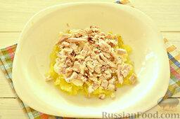"""Салат """"Грибная поляна"""" с жареными опятами: На картофельный слой выложим рубленую курятину."""