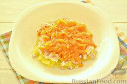 """Салат """"Грибная поляна"""" с жареными опятами: На курицу выложим натертую морковь. Морковный слой также смажем небольшой порцией майонеза."""