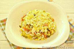 """Салат """"Грибная поляна"""" с жареными опятами: На слой из корнишонов выложим измельченные на терке отварные яйца. Смазываем их майонезом."""