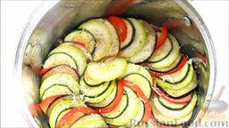 Рататуй (запеченные овощи по-французски): Начинаем сборку блюда рататуй. Выкладываем на овощную массу нарезанные овощи слоями, по очереди. Сбрызгиваем растительным маслом, добавляем черный перец, орегано и натертый на терке чеснок.   Ставим овощи запекаться в духовку, накрыв фольгой, при 200 градусах на 22 минуты.