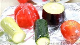 Рататуй (запеченные овощи по-французски): Выкладываем овощи на противень, покрытый фольгой, и ставим запекаться в духовку. Помидор приготовится быстрее, поэтому для начала - на 6 минут.