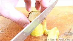 Рататуй (запеченные овощи по-французски): Достаем перец и кабачок из духовки. Снимаем кожуру с овощей.